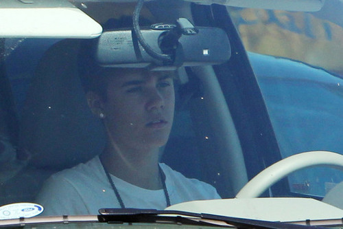 selena gomez and justin bieber are seeing driving around town in los angeles