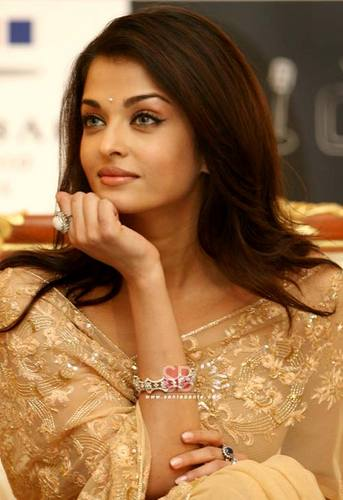 Aishwarya Rai kertas dinding containing a portrait called Aish