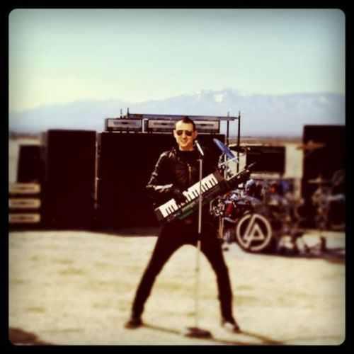 Chester Bennington hình nền probably containing a guitarist and a buổi hòa nhạc titled CHAZY:)♥