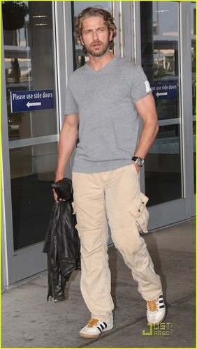 Gerard Butler Jets Into JFK - gerard-butler Photo