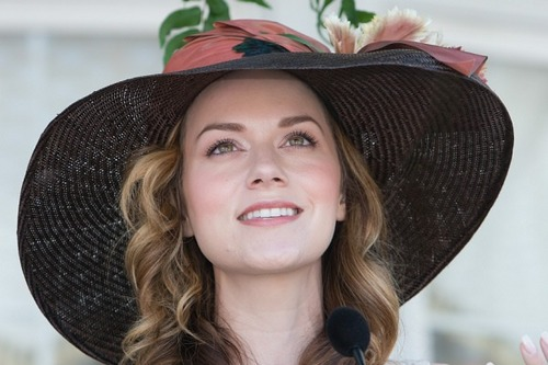 Leyton Family<3 kertas dinding containing a boater, a snap brim hat, and a fedora entitled Hilarie burton
