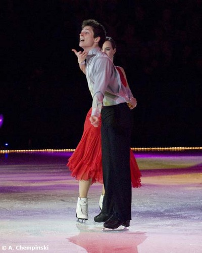 Tessa Virtue & Scott Moir 壁纸 possibly containing a 网球 player entitled Shall We Dance On Ice 2010 - Virtue & Moir SD