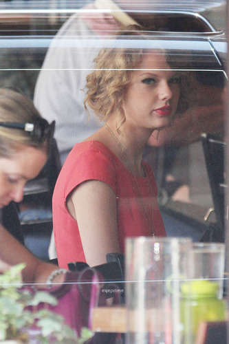 Taylor rápido, swift is seen having a bite to eat in NY