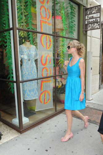 Taylor rápido, swift shops at Free People on 76th St in NYC, July 21