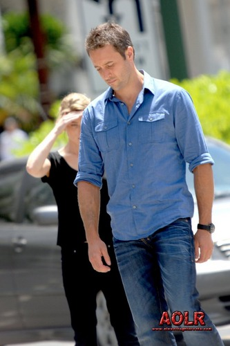 Alex O'Loughlin and Lauren German filming a scene for episode 2.02 of Hawaii Five-0