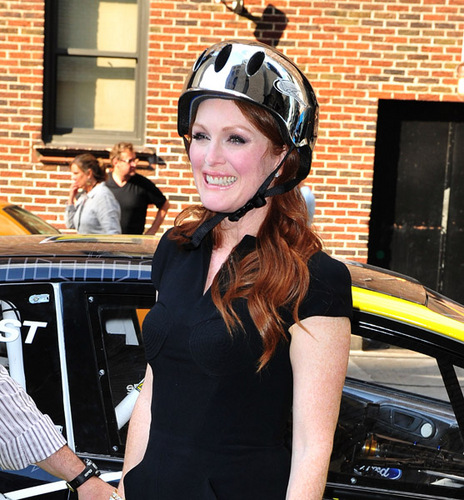 Arrives at the Late 显示 with David Letterman [July 26, 2011]