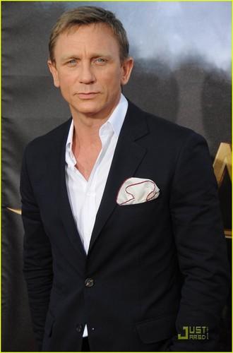Daniel Craig Hintergrund containing a business suit, a suit, and a dress suit called Daniel Craig: 'Cowboys & Aliens' Premiere!