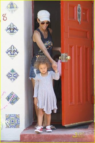 Halle Berry: Nahla Makes A Dreamcatcher!