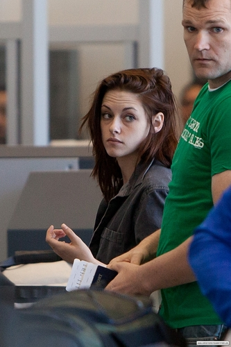 Kristen arriving at LAX - Feb 27, 2011