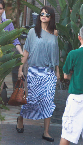 Leaving Restaurant In Malibu 19 07 2011