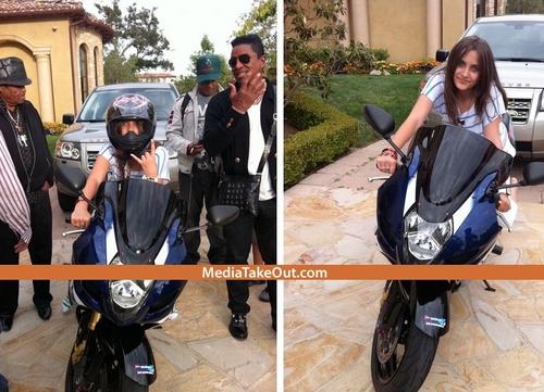 Michael Jackson's Daughter, Paris' Facebook Page Hacked: các bức ảnh Leaked