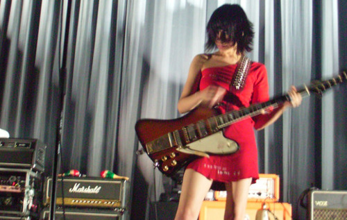 PJ Harvey - guitar, gitaa Goddess