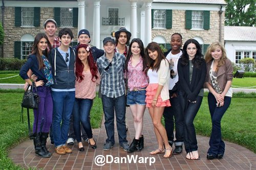 The cast of ビクトリアス and iCarly infront of Elvis's house