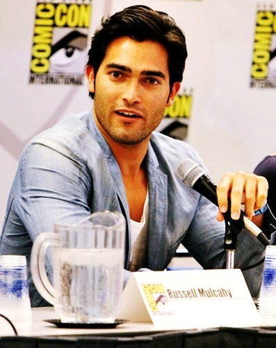 Tyler Hoechlin karatasi la kupamba ukuta possibly containing a coffee break, a newspaper, and a sign called Tyler Hoechlin♥