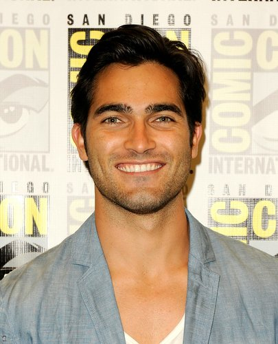 Tyler Hoechlin karatasi la kupamba ukuta with a portrait titled Tyler at Comic Con 2011 for Teen mbwa mwitu