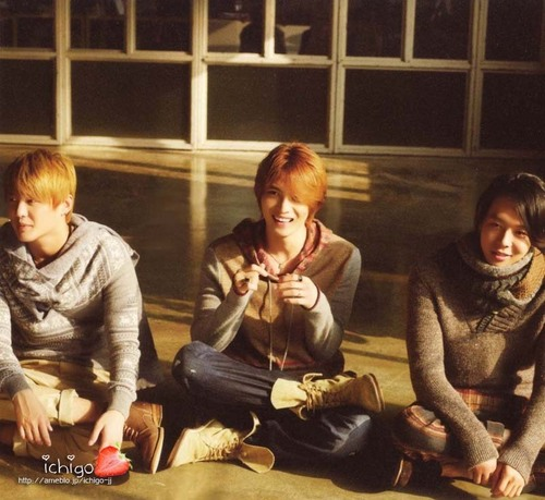TVXQ!! 바탕화면 possibly with a sign called jyj 4 ever