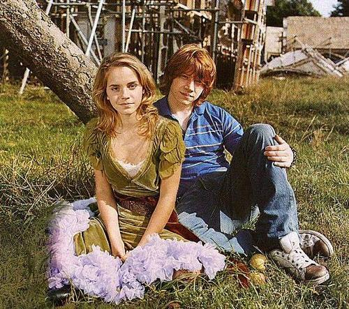 romione wallpaper probably with a mulch, a bouquet, and a cassava titled rupert grint+Emma Watson