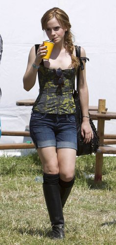 emma watson fondo de pantalla called 2010 Glastonbury música Festival in Somerset, England (25.06.10) [HQ]
