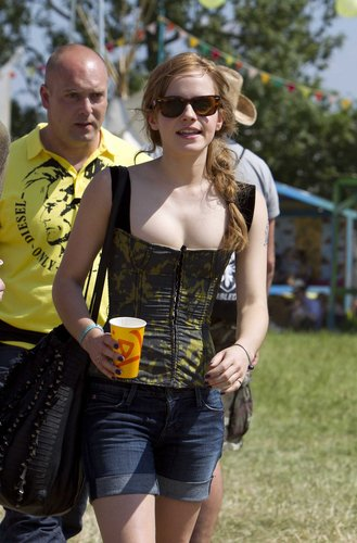 emma watson wallpaper with sunglasses entitled 2010 Glastonbury musik Festival in Somerset, England (25.06.10) [HQ]