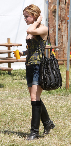 emma watson wallpaper possibly with a hip boot called 2010 Glastonbury música Festival in Somerset, England (25.06.10) [HQ]
