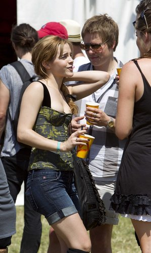 Emma Watson wallpaper called 2010 Glastonbury Music Festival in Somerset, England (25.06.10) [HQ]