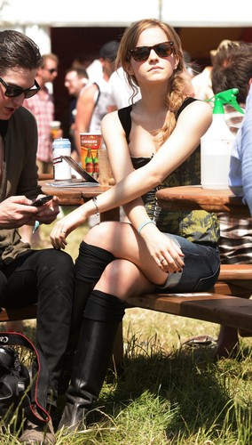 Emma Watson achtergrond probably with bare legs and a hip boot called 2010 Glastonbury muziek Festival in Somerset, England (25.06.10) [HQ]