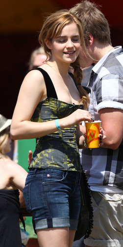 Emma Watson wallpaper entitled 2010 Glastonbury Music Festival in Somerset, England (25.06.10) [HQ]