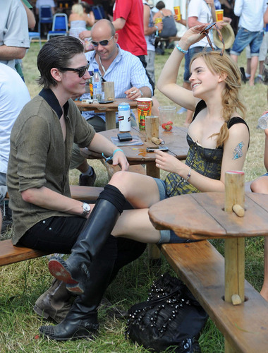 Emma Watson achtergrond with a hip boot and a park bench titled 2010 Glastonbury muziek Festival in Somerset, England (25.06.10) [HQ]