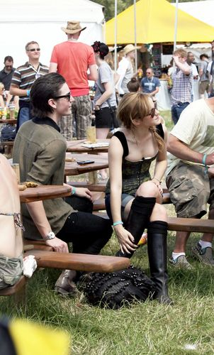 Emma Watson Hintergrund called 2010 Glastonbury Musik Festival in Somerset, England (25.06.10) [HQ]