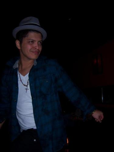 Bruno Mars fond d'écran probably containing a business suit titled Bruno