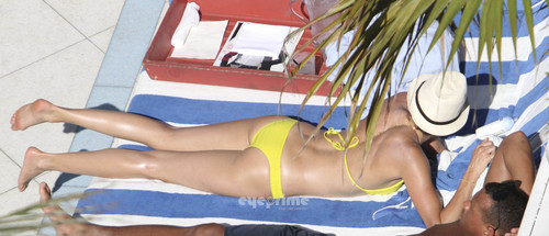 Cameron Diaz in a Bikini relaxing sa pamamagitan ng The Hotel Pool in Miami, Jul 30