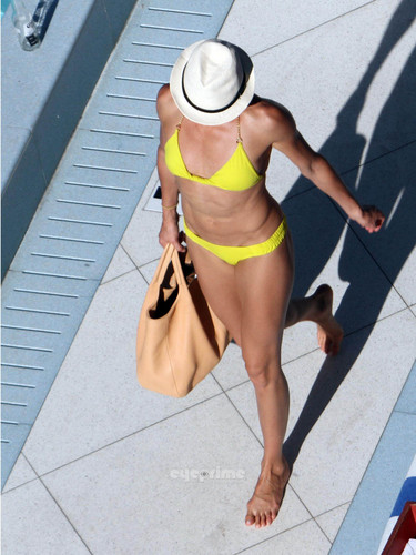 Cameron Diaz in a Bikini relaxing Von The Hotel Pool in Miami, Jul 30