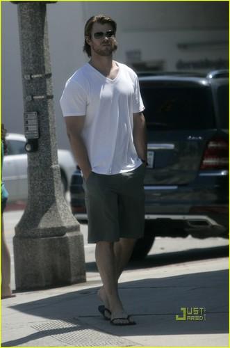 Chris Hemsworth & Elsa Pataky Stroll in L.A.