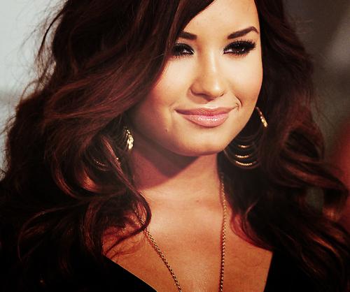 http://images4.fanpop.com/image/photos/24100000/Demetria-Lovato-3-demi-lovato-24123506-500-418.png