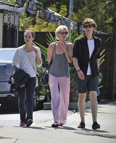 Emma Watson heads to a movie with mga kaibigan in Santa Monica