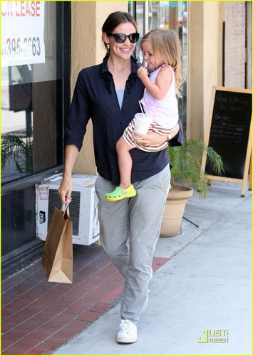 Jennifer Garner: Smiley Stroll with Seraphina!