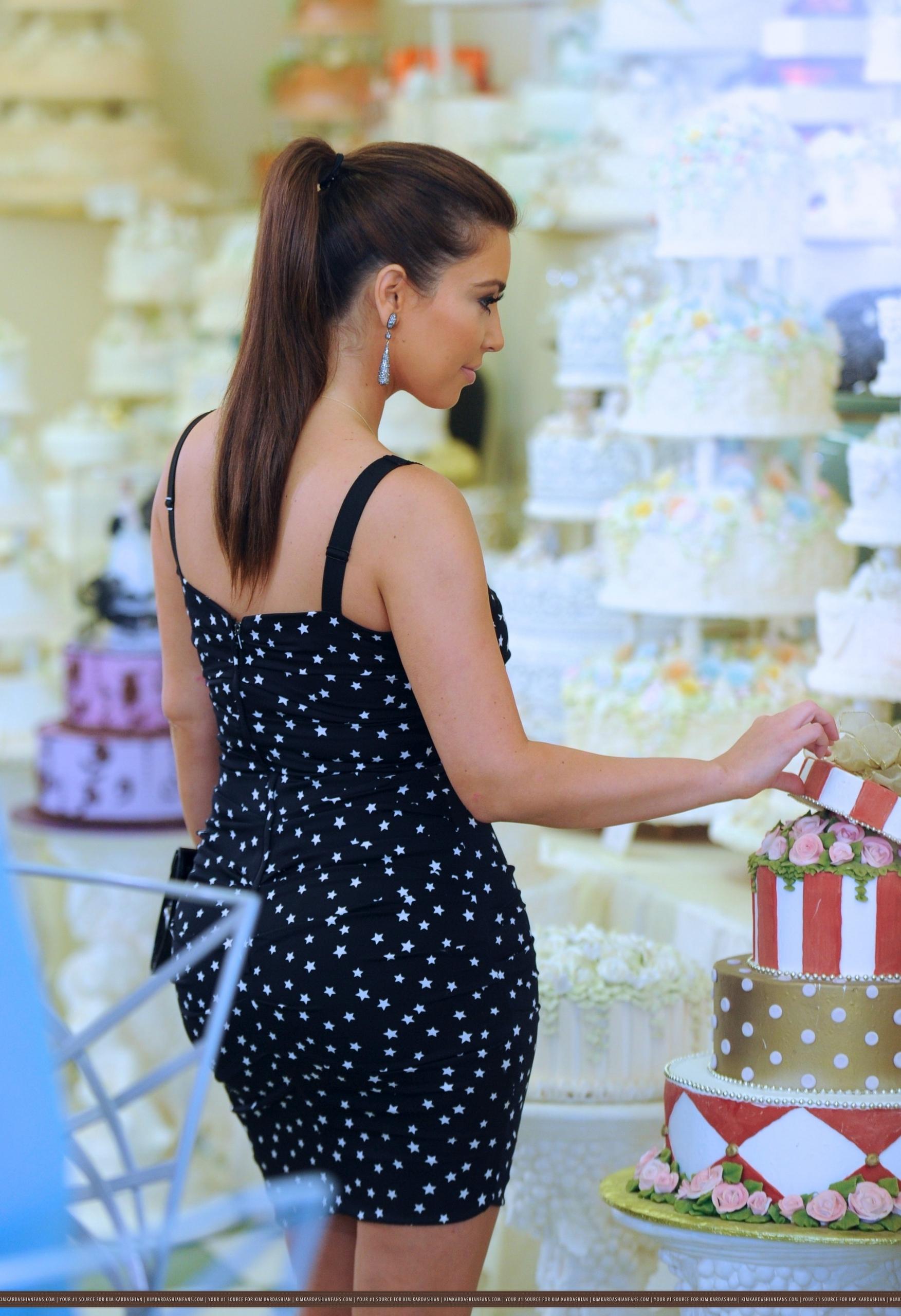 Kim And Kris comprar For A Wedding Cake At Hansen's- 7/29/11