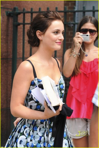 Leighton Meester and Penn Badgley hit the set of Gossip Girl on a hot ngày in New York City