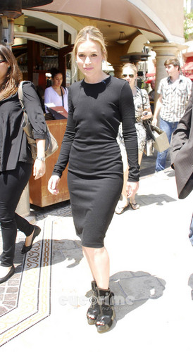 Piper Perabo on the Extra دکھائیں at The Grove in Hollywood. July 28.