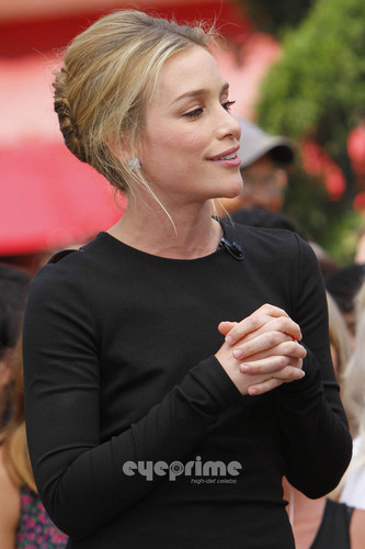 Piper Perabo on the Extra 表示する at The Grove in Hollywood. July 28.