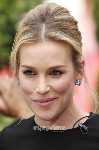 Piper Perabo on the Extra ipakita at The Grove in Hollywood. July 28.