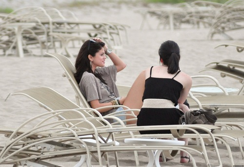 Selena - On the 바닷가, 비치 in Palm 바닷가, 비치 - July 27, 2011
