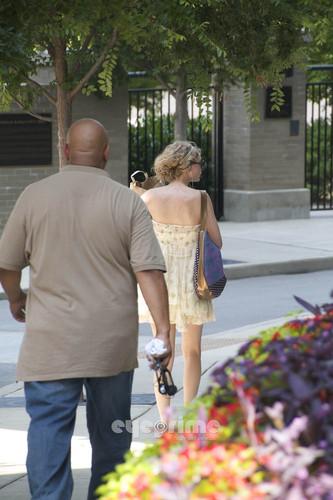 Taylor 迅速, スウィフト shopping in Nashville.
