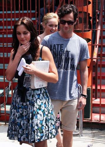 XOXO Penn Badgley & Leighton Meester on the set of Gossip Girl.