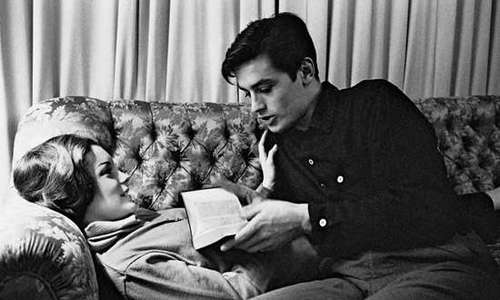 알랭 들롱 바탕화면 possibly containing a business suit, a living room, and a drawing room called Alain Delon and Romy Schneider