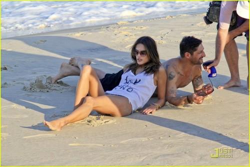 Alessandra Ambrosio: Beachfront Bikini foto Shoot!