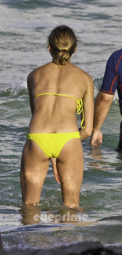 Cameron Diaz in a Bikini on the strand in Miami, Jul 31