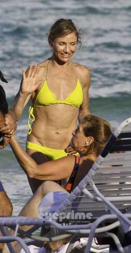 Cameron Diaz in a Bikini on the tabing-dagat in Miami, Jul 31