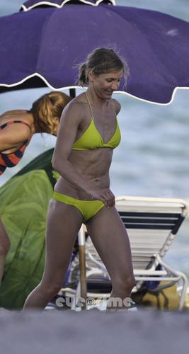 Cameron Diaz in a Bikini on the সৈকত in Miami, Jul 31
