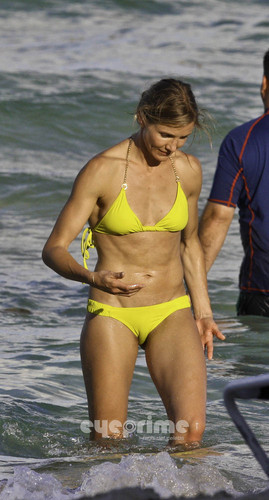 cameron diaz wallpaper containing a bikini entitled Cameron Diaz in a Bikini on the de praia, praia in Miami, Jul 31